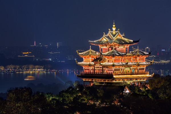 摄图网_300014483_杭州城隍阁与西湖映衬夜景(企业商用).jpg