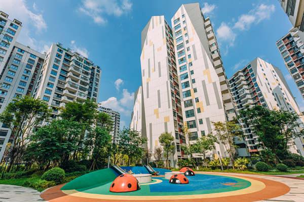 摄图网_501664435_蓝天白云楼盘里的儿童休闲娱乐区(企业商用).jpg