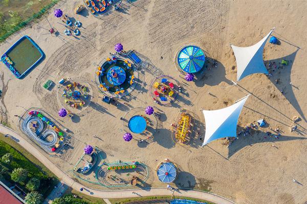 摄图网_501347220_航拍沙滩上的儿童游乐场(企业商用).jpg